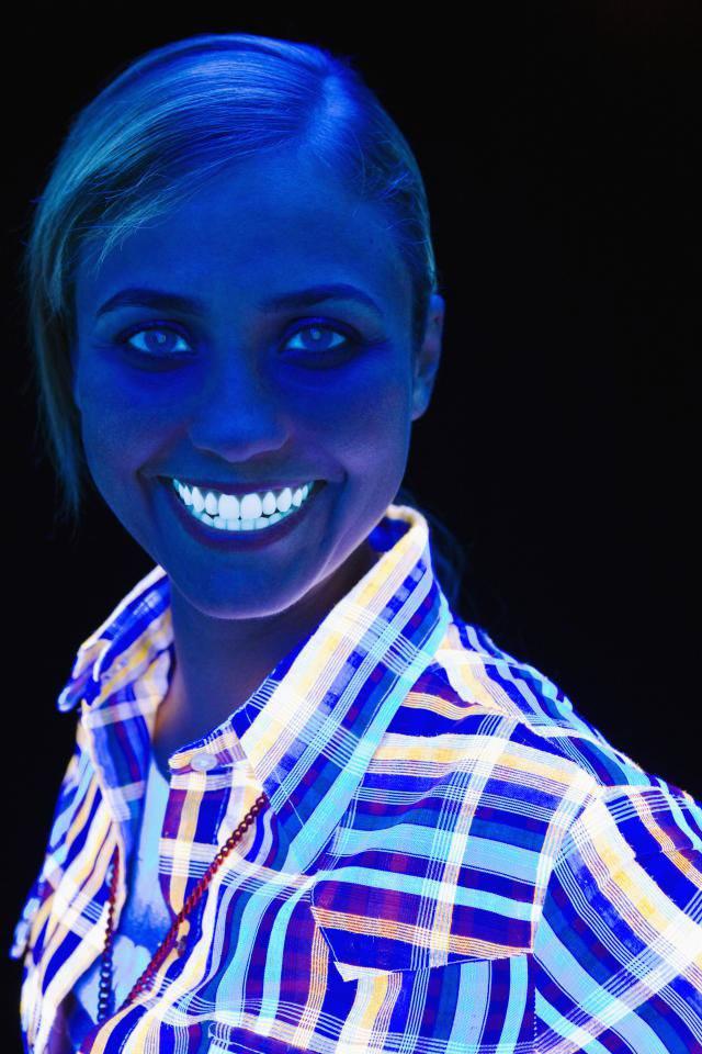 درخشان شدن دندان در اثر تابش نور بلک لایت